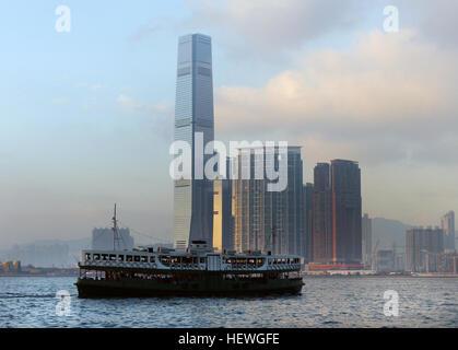 Die Hong Kong International Commerce Centre (Abk. ICC Tower) ist ein 118-geschossiges (siehe unten), 484 m (1.588 - Stockfoto