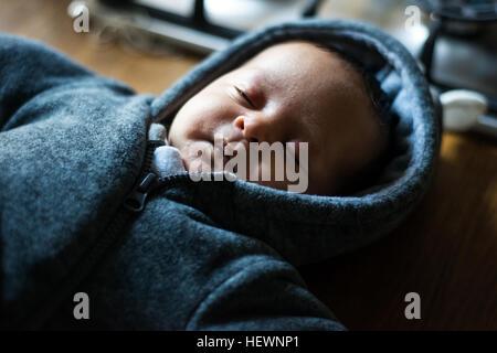 Neugeborene schlafen auf einer Küchenbar - Stockfoto