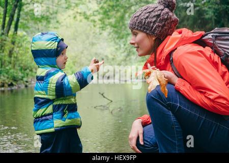 Mutter und Sohn erkunden Bach im Wald, Vancouver, Britisch-Kolumbien, Kanada - Stockfoto