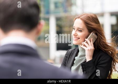 Geschäftsfrau in Stadt Telefongespräch - Stockfoto