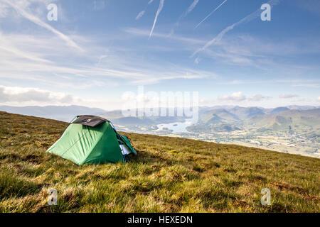 Zimmer mit Aussicht - Wild camping am Mittsommertag mit Blick auf Keswick und Derwent Water im englischen Lake District - Stockfoto