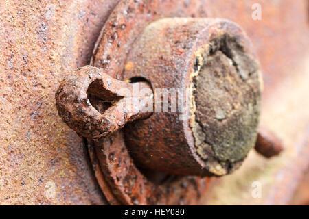 Nahaufnahme von verrosteten Splint auf verlassenen Landmaschinen. - Stockfoto