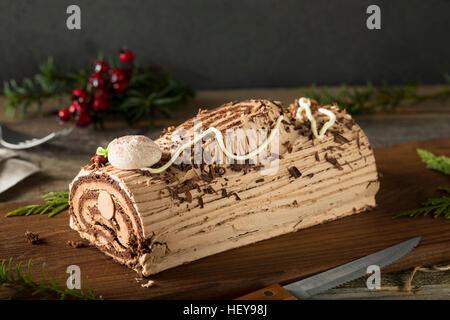 Hausgemachte Schokolade Weihnachten Yule Log mit Mousse und Zuckerguss - Stockfoto