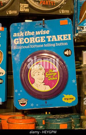 """Eine """"Ask Geiorge Takei"""" Wahrsagen Gag Geschenk zum Verkauf an It'sugar am Broadway in Greenwich Village, New York - Stockfoto"""