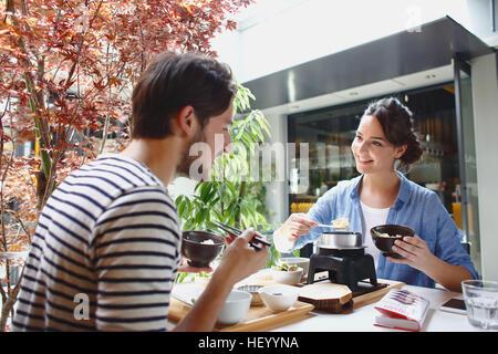 Kaukasische Paar genießt japanisches Essen in Tokio, Japan - Stockfoto