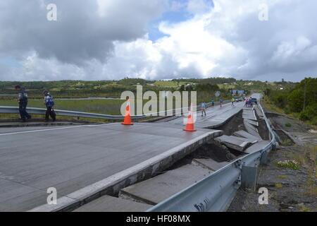 Provinz Chiloé, Chile. 25. Dezember 2016. Die Menschen gehen auf Highway 5 nach dem Erdbeben in Chile, der Provinz - Stockfoto