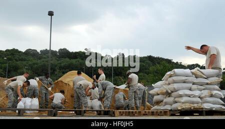US Air Force Piloten von Tiefbau füllen Sandsäcke am Joint Base Anacostia-Bolling, D.C., Aug 25 in Vorbereitung - Stockfoto