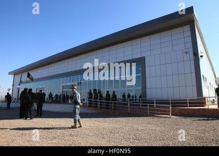 Afghanische Bürger und Mitglieder der Koalition stehen außerhalb der neu abgeschlossenen Herat International Airport - Stockfoto
