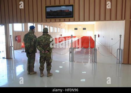 Italienische Soldaten zugewiesen Regional Command - West beobachten neu abgeschlossen Herat International Airport - Stockfoto