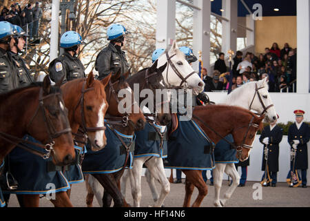 Ein Team von Pferd folgt District of Columbia Police Officers der präsidialen Wagenkolonne führt eine Prozession - Stockfoto