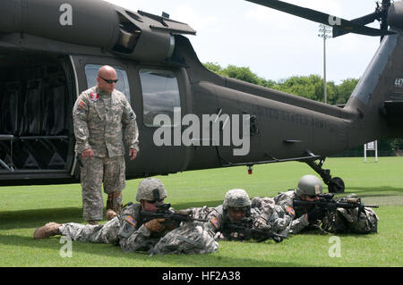 US Army Staff Sgt. James Parrott, ein Crewmitglied mit Alpha Company, 2-149 General Support Aviation Battalion (GSAB), - Stockfoto