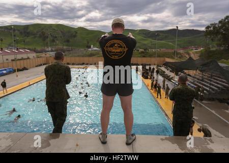 Soldaten mit dem Japan Ground Self-Defense Force komplette Marine Corps schwimmen Qualifikation im Rahmen der Übung - Stockfoto