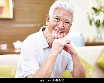 Porträt eines glücklichen senior asiatischen Mannes Blick auf die Kamera zu Lächeln. - Stockfoto
