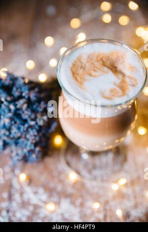 Ausgefallene Latte, die in Glas Kaffee - Stockfoto