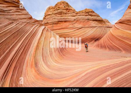 Walking in The Wave - ein gut ausgestattetes Wanderer zu Fuß durch das Zentrum von The Wave an einem sonnigen Frühlingstag. - Stockfoto