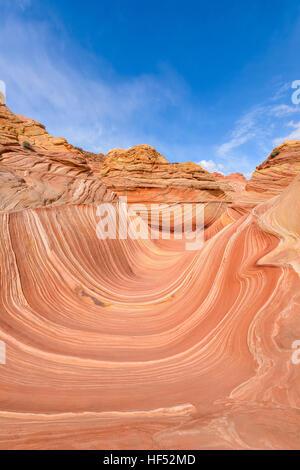 Voller Blick auf The Wave - vertikal - Weitwinkel Mittag Blick auf The Wave in North Coyote Buttes Gebiet an der - Stockfoto