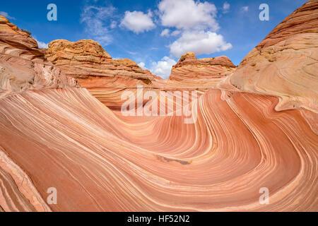 Gesamtansicht von The Wave - Weitwinkel Mittag Blick auf The Wave in North Coyote Buttes Gebiet an der Grenze zu - Stockfoto