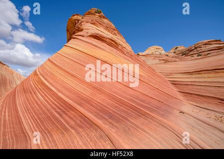 Sandstein Butte - bunten Sandstein Butte, gegen blauen Himmel, bei The Wave in North Coyote Buttes Area, Arizona - Stockfoto