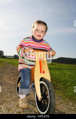 Drei-jährigen Mädchen mit dem Fahrrad - Stockfoto