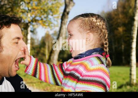 Vater und seine drei-Jahr-alte Tochter Clownerie rund um - Stockfoto