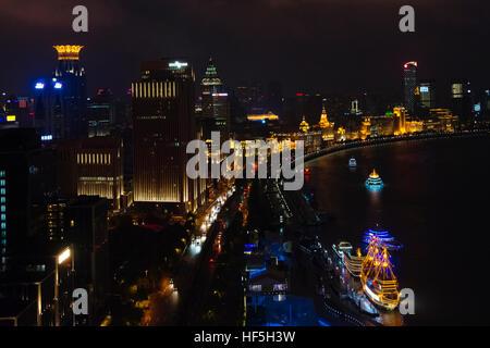 Nachtansicht des Bund Skyline entlang des Huangpu Riverr, Shanghai, China - Stockfoto