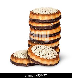 Stapeln Sie Schokoladen-Cookies und zwei vor isoliert auf weißem Hintergrund - Stockfoto