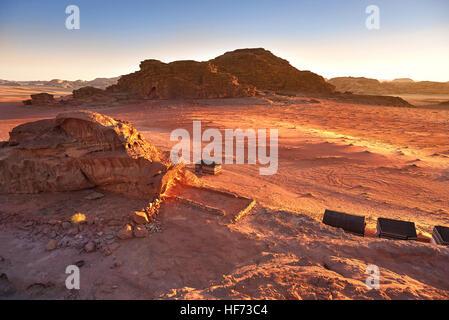 Malerische Aussicht von Wadi Rum gegen klaren Himmel bei Sonnenaufgang, Arabische Wüste, Jordanien - Stockfoto