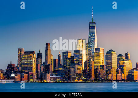 Lower Manhattan bei Sonnenuntergang betrachtet von Hoboken, New Jersey
