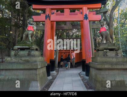 Fox Statuen (Kitsune) und Torii-Tore, Fushimi Inari-Taisha-Shinto-Schrein, Kyoto, Japan - Stockfoto