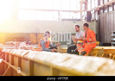 Stahlarbeiter Mittagessen Bruch in der Fabrik - Stockfoto