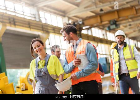 Stahlarbeiter gehen und sprechen in Fabrik - Stockfoto