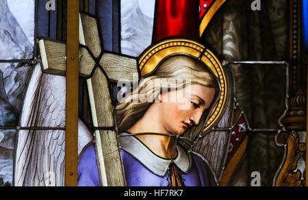 Glasmalerei in Saint Nicholas Church, Gent, Belgien, Darstellung einen Engel ein Kreuz zu tragen - Stockfoto