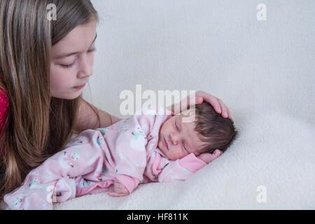 Zwölf Tage alten Babymädchen mit ihrem elf Jahre alten cousin - Stockfoto