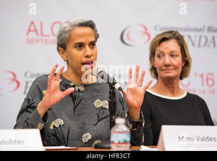 """Mimi Valdes, ausführender Produzent, versteckte Figuren, spricht auf einer Tafel """"Frauen im Stamm: A Gender Gap - Stockfoto"""