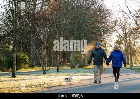 Aberystwyth Wales UK, Mittwoch, 28. Dezember 2016 UK Wetter: Passanten Aling Plas Crug Avenue an einem kalten und - Stockfoto