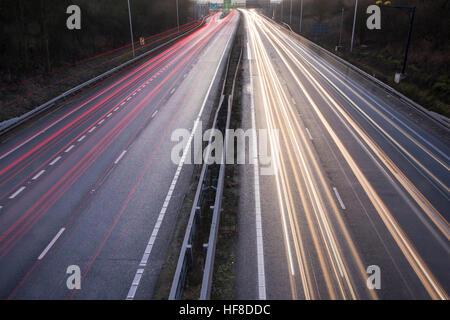 Cambridge UK 28. Dezember 2016. Nach einem eiskalten Tag mit lückenhaft Nebel reist Ferienverkehr auf der A14-Straße - Stockfoto