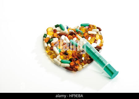 Pillen in der Form eines Herzens gebildet Spritze - Stockfoto