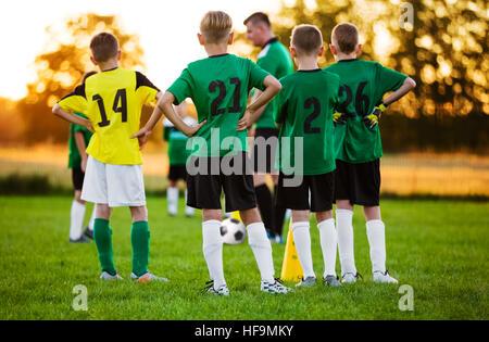 Fußball-Fußball-Training für Kinder. Fußball Team Training auf Platz. Jungen in einer Zeile stehen. Jugend-Fußball - Stockfoto
