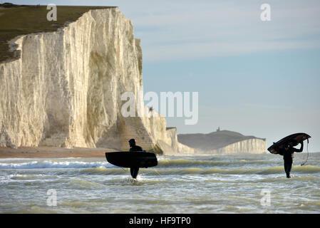 Jetsurfing im Winter an der Basis der Kreidefelsen in East Sussex, bekannt als die sieben Schwestern, Exceat. - Stockfoto