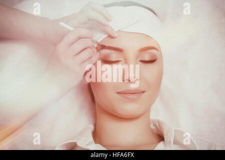 Permanent Make-up-Assistent macht Augenbrauen Korrekturverfahren - Stockfoto