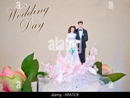 Figuren der Braut und des Bräutigams Hochzeitstorte wünsche alles Glück an das Brautpaar: Hochzeitstag - Stockfoto