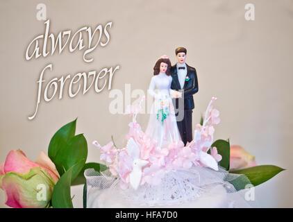 Figuren der Braut und des Bräutigams Hochzeitstorte wünsche alles Glück an das Brautpaar: immer für immer - Stockfoto