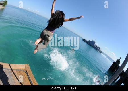 SPC. Kelly Gary, ein Soldat nach vorn für Joint Task Force Guantanamo bereitgestellt springt an der Pier und ins - Stockfoto