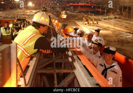 020528-N-3783H-502 New York City (28. Mai 2002)--New York City Feuerwehr und Erholung Arbeiter tauschen Händeschütteln - Stockfoto