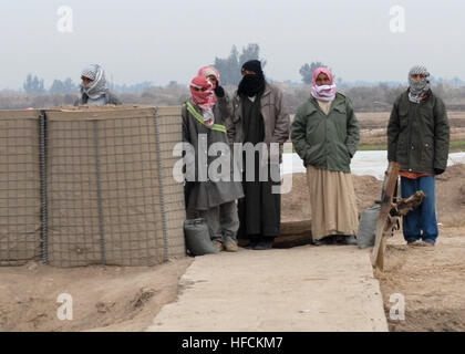 Betroffenen Bürger Gruppenmitglieder Wache in Iraks Chaka 4 Region als Koalitionstruppen Operation NANNO II begann. - Stockfoto