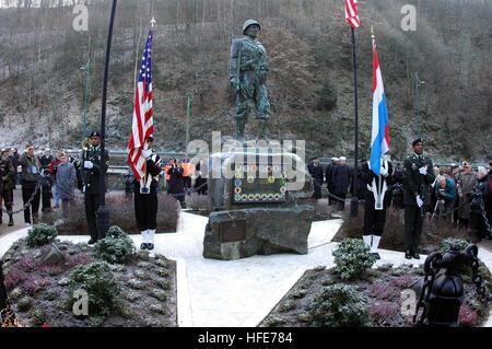 041215-3236B-001 Clervaux, Belgien (15. Dezember 2004) - Soldaten, Matrosen und Veteranen des zweiten Weltkriegs - Stockfoto