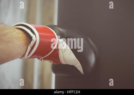 Boxer-Mann Übung mit Boxsack - Stockfoto