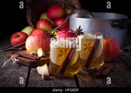 Apfelwein mit Zimt. Selektiven Fokus - Stockfoto