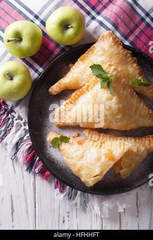Köstlichen hausgemachten Apfelkuchen Umsatz Nahaufnahme auf einer Platte. vertikale Ansicht von oben - Stockfoto