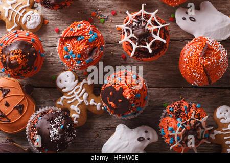 Halloween Muffins und Cookies Lebkuchen close-up auf dem Tisch. horizontale Ansicht von oben - Stockfoto